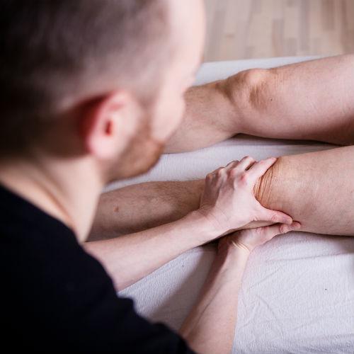 ondt i knæet knæsmerter Rudi Sorgenfri Kropsterapi Totum